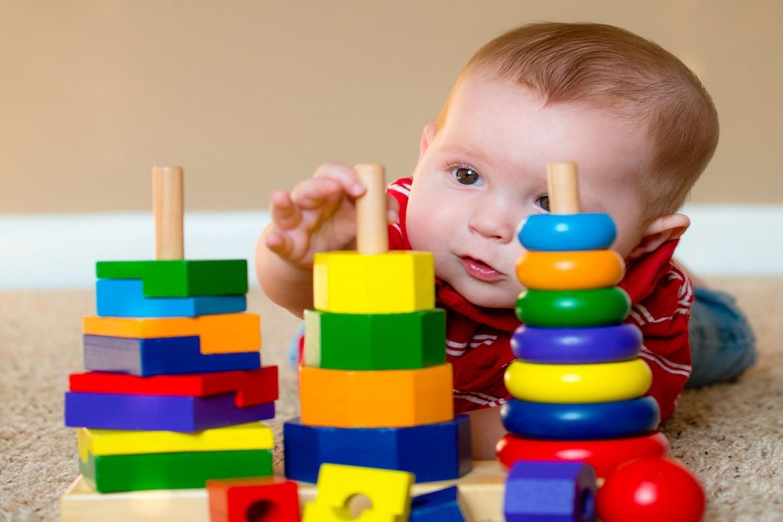 Bambino piccolo che gioca